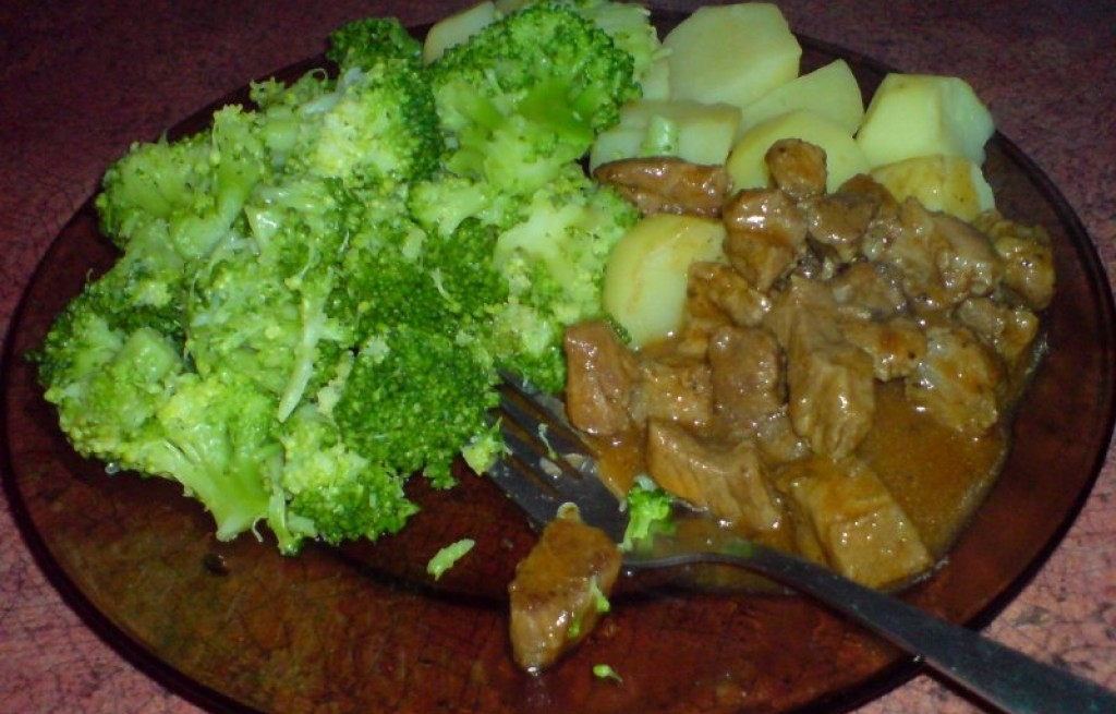 Gulasz wieprzowy z ziemniakami i brokułami