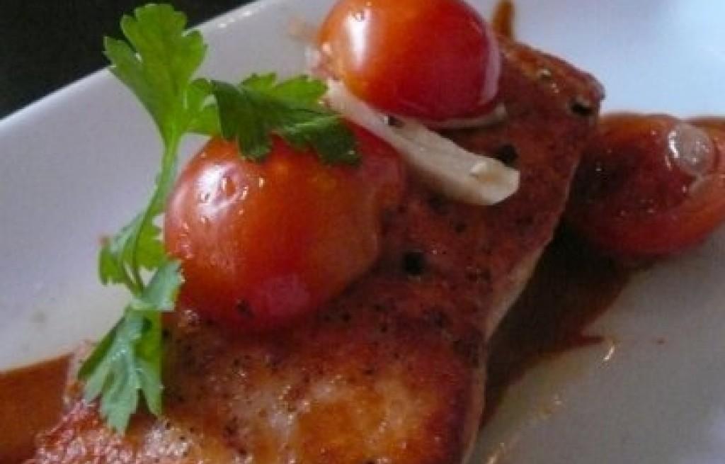 Łosoś na pomidorowej fali