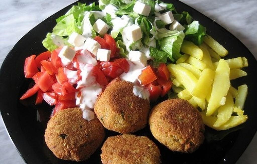 Falafel z pomidorami i sałatą