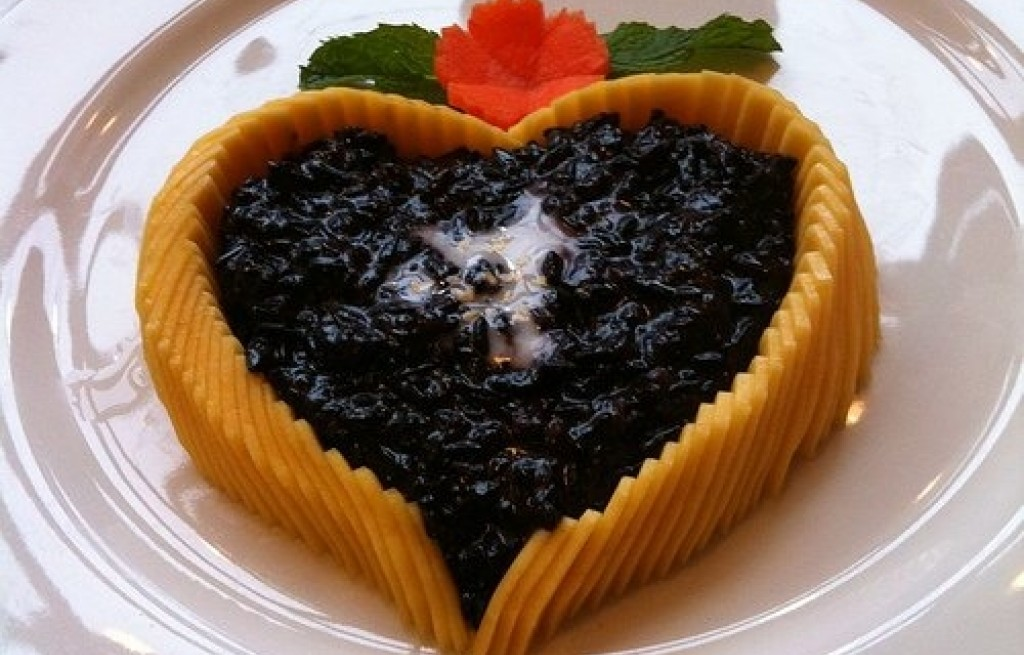 Deser z mango i czarnego ryżu