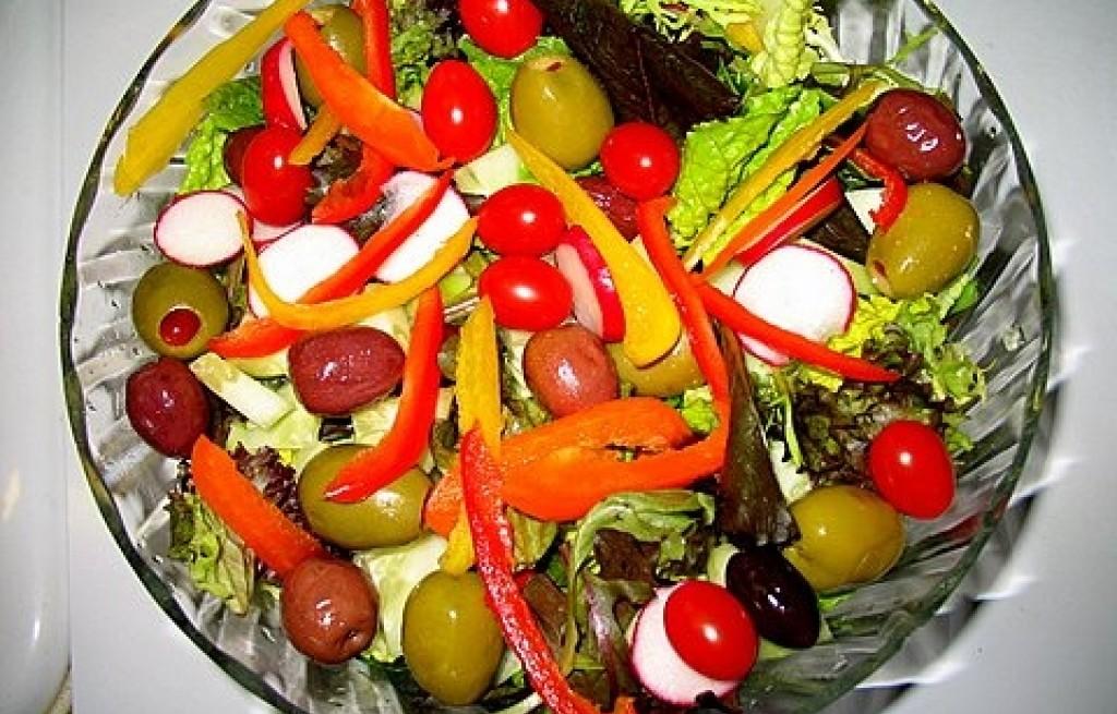 Sałatka z oliwek, rzodkiewki, wiśni i pomidorów
