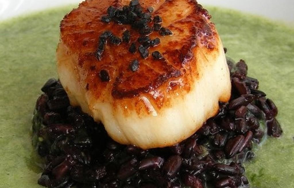 Zupa szczypiorkowa z czarnym ryżem i przegrzebką