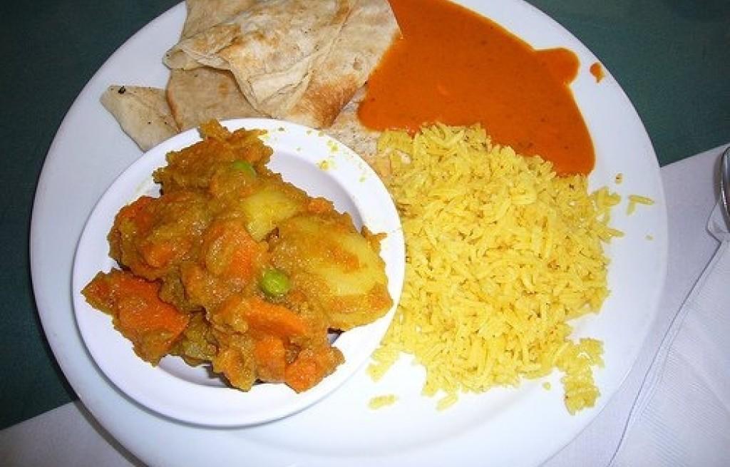 Naleśniki z ryżem i sosem paprykowym