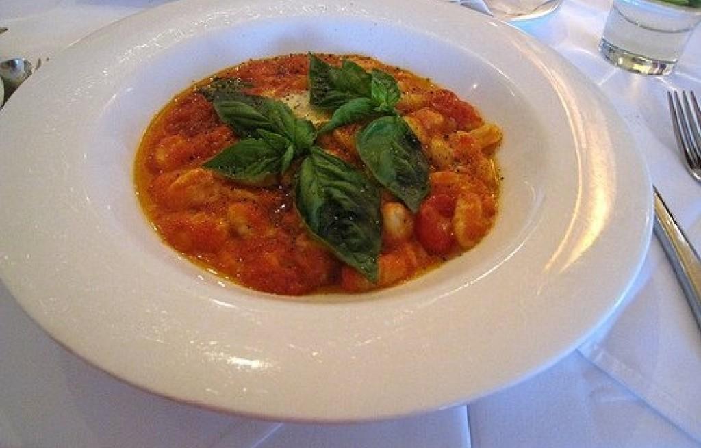 Kluski ziemniaczane w sosie pomidorowym