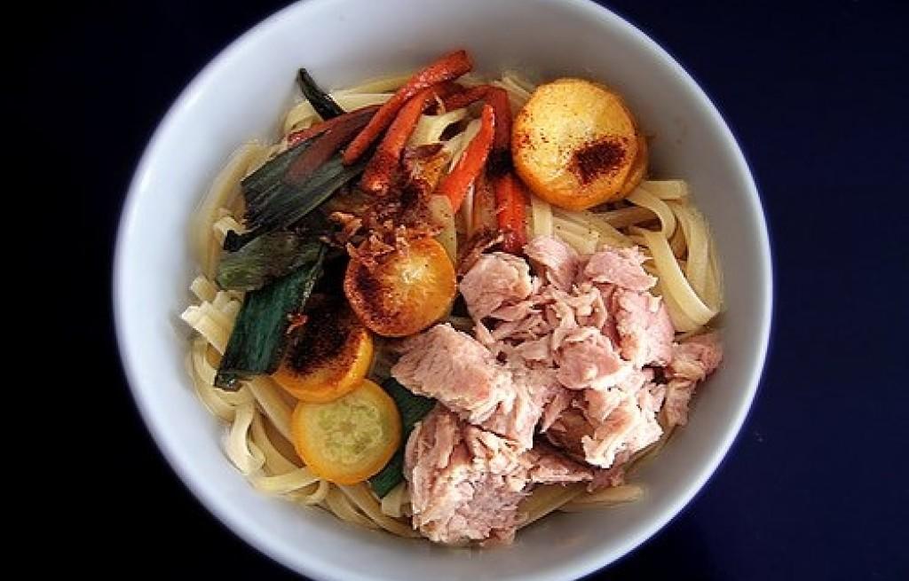 Makaron z szynką i grillowanymi warzywami
