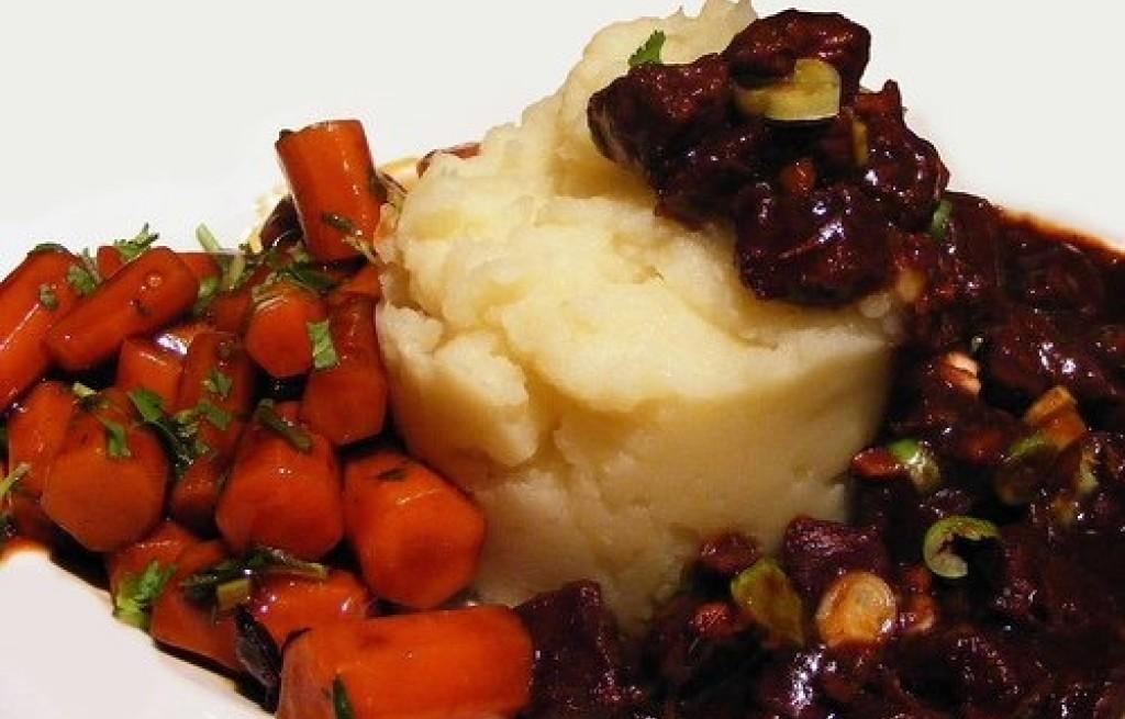 Wołowina duszona w winie z marchewką i ziemniakami
