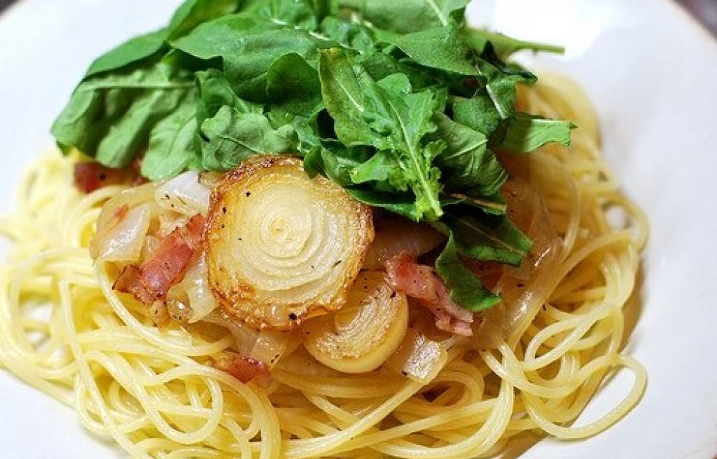 Spaghetti z cebulą i rukolą