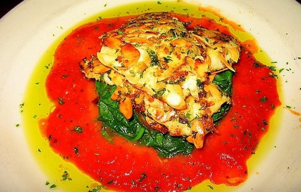Pstrąg z migdałami i sosem pomidorowym