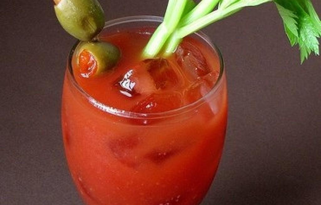Bloody Mary z selerem i oliwkami