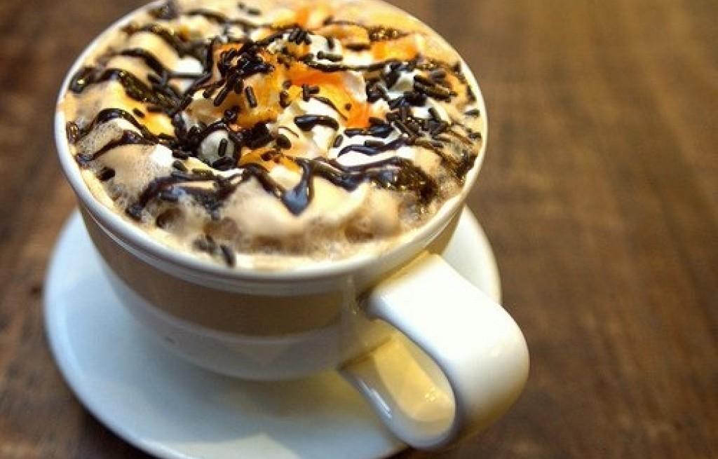 Kawa espresso z bitą śmietaną i pomarańczą