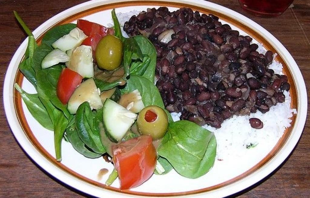 Czarna fasola z ryżem i oliwkami