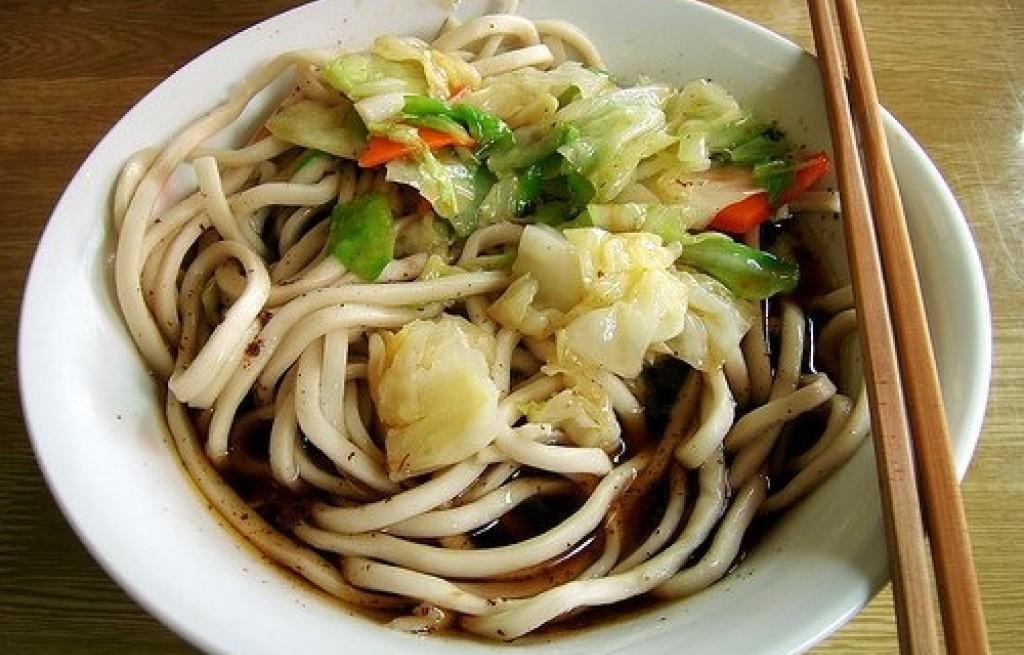 Makaron z warzywami i sosem sojowym
