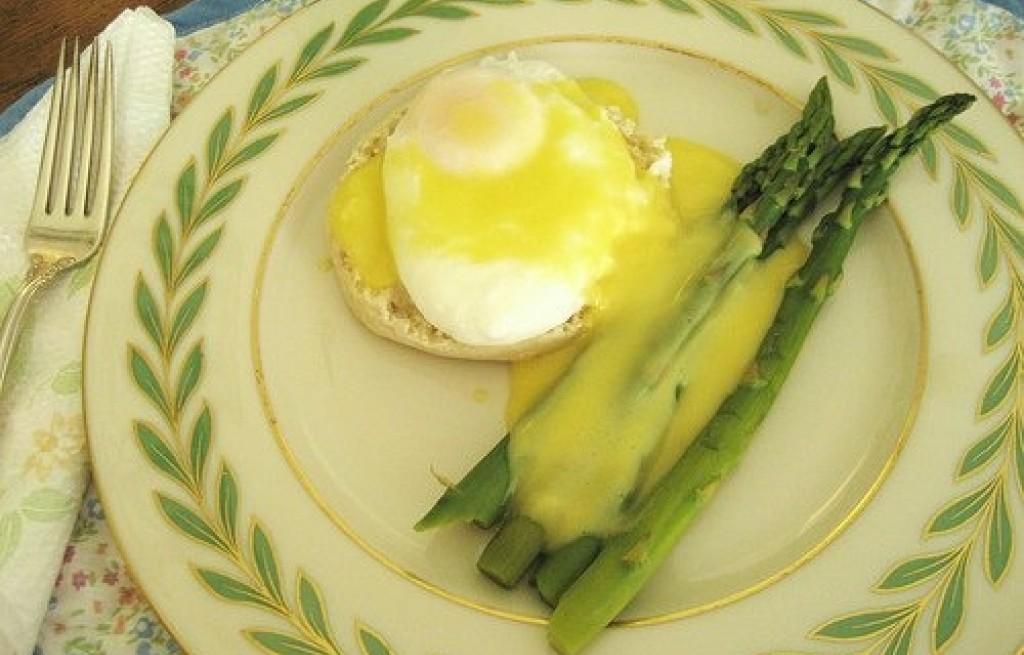 Grzanki z jajkiem i szparagami