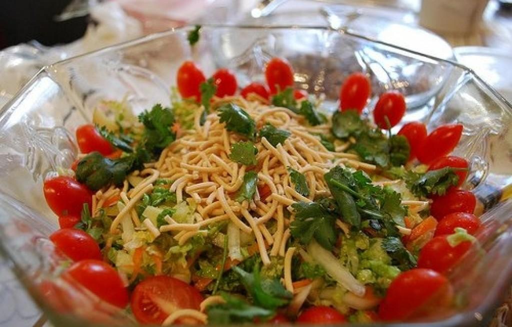 Sałatka z kapusty pekińskiej, pomidorów i makaronu