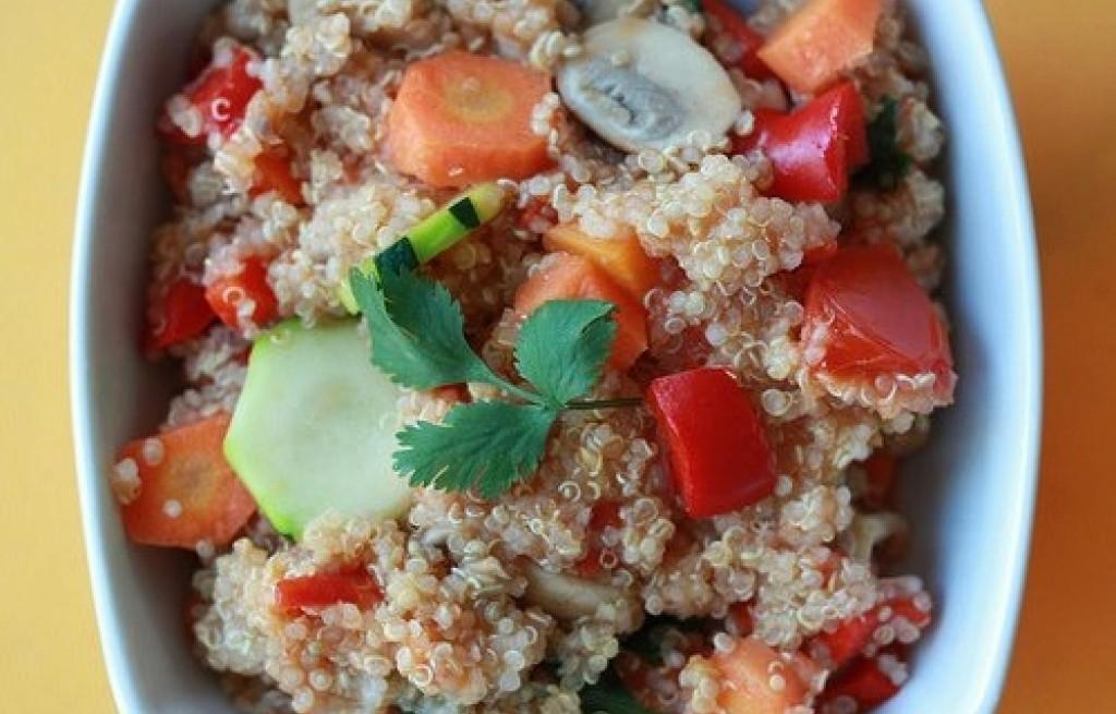 Komosa ryżowa z warzywami i pieczarkami
