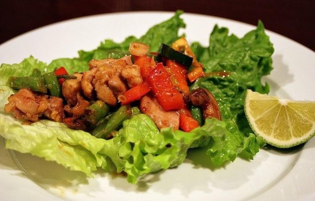 Sałata z kurczakiem i sosem chili
