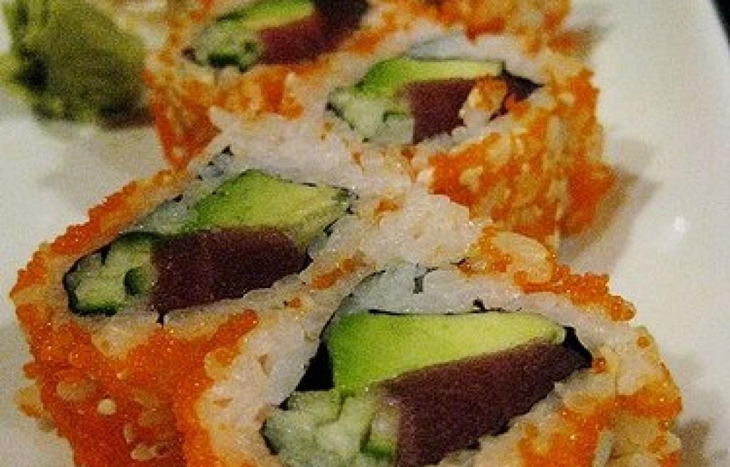 Sushi z tuńczykiem, kawiorem i awokado