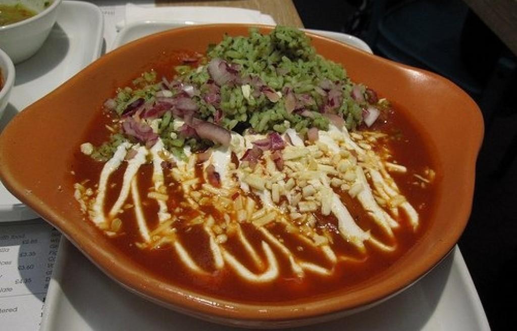 Piersi z kurczaka z tortillą, ogórkiem i sosem pomidorowym