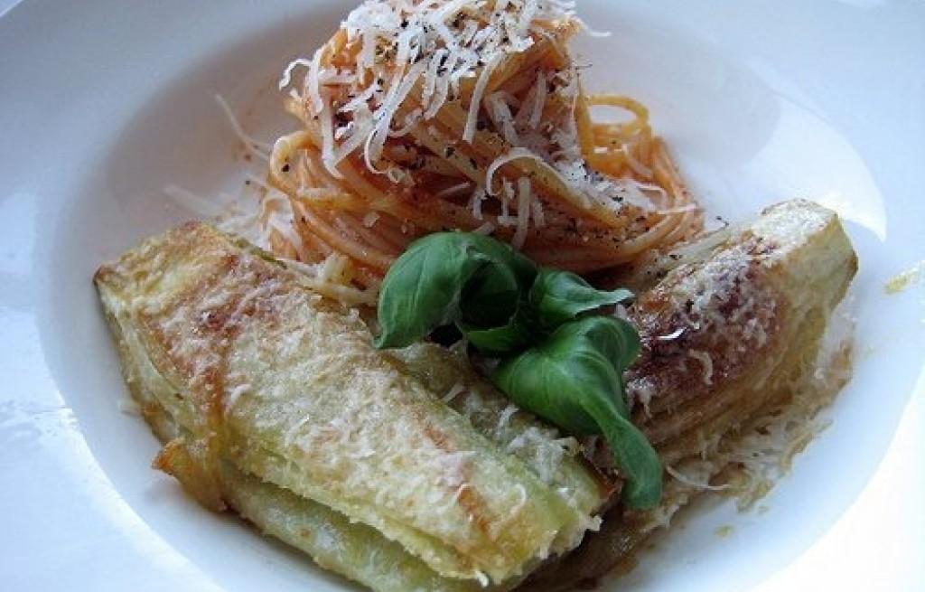 Spaghetti z karmelizowaną cebulą i koprem naciowym