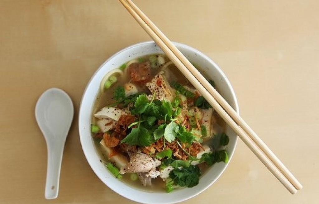 Zupa z kurczakiem, tofu i makaronem ryżowym