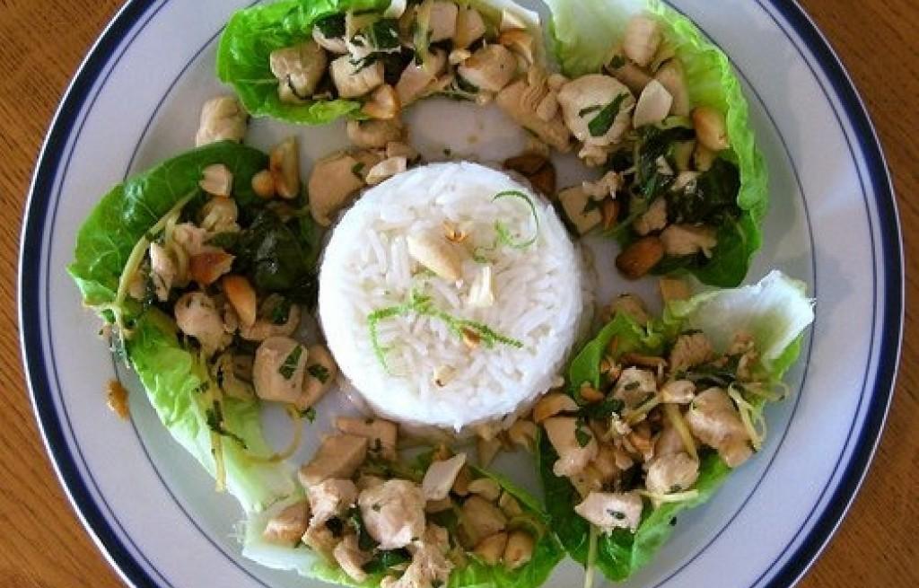 Kurczak z ryżem, miętą i orzeszkami ziemnymi