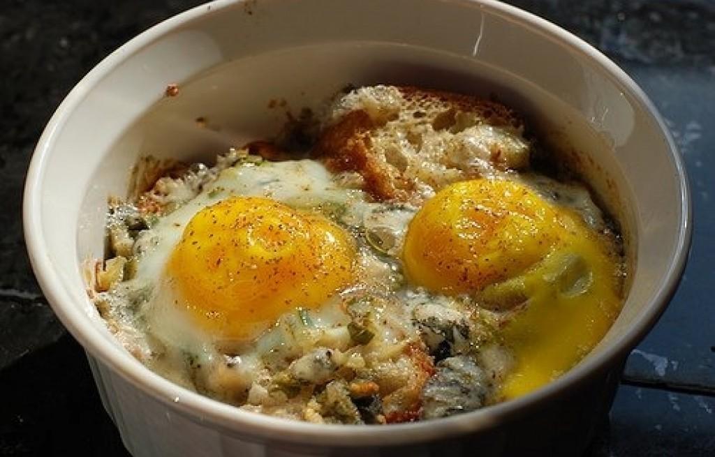 Jajka zapiekane z chlebem i serem pleśniowym