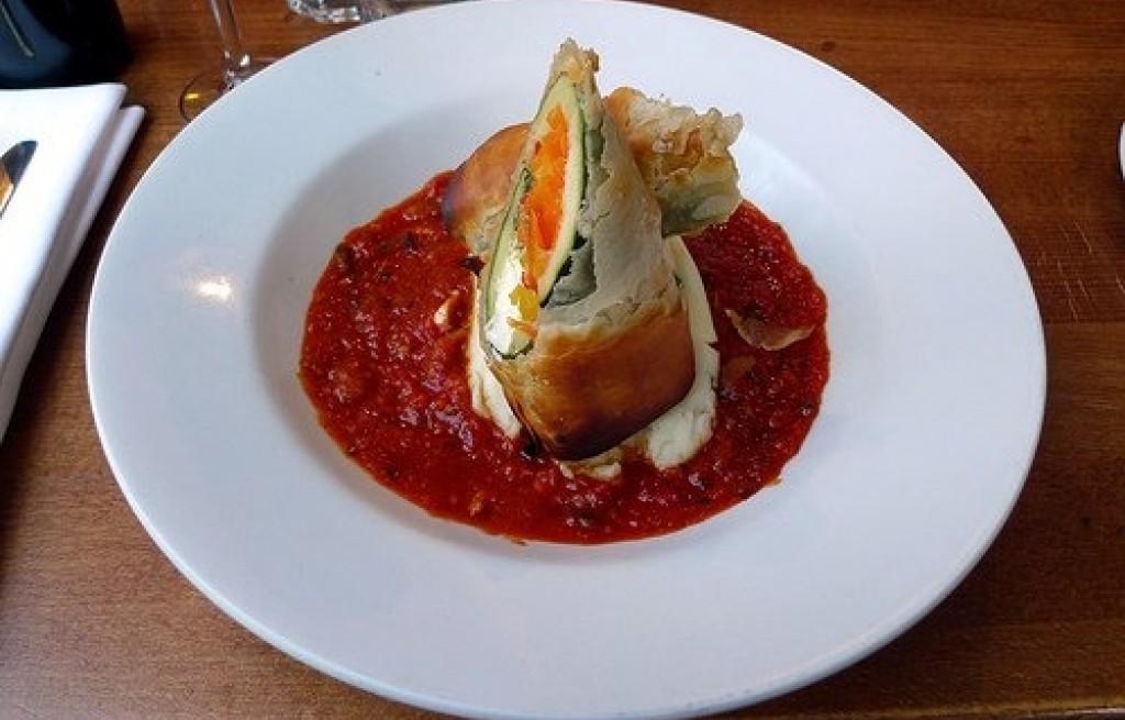 Cukinia zapiekana z nektaryną i sosem pomidorowym