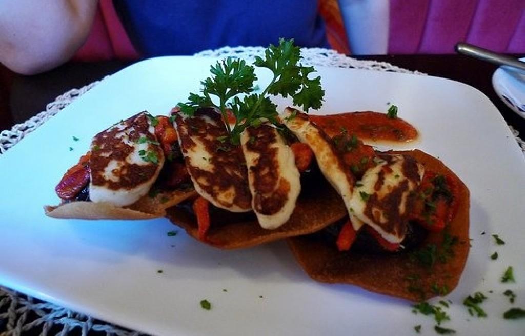 Tortilla z serem halloumi i bakłażanem