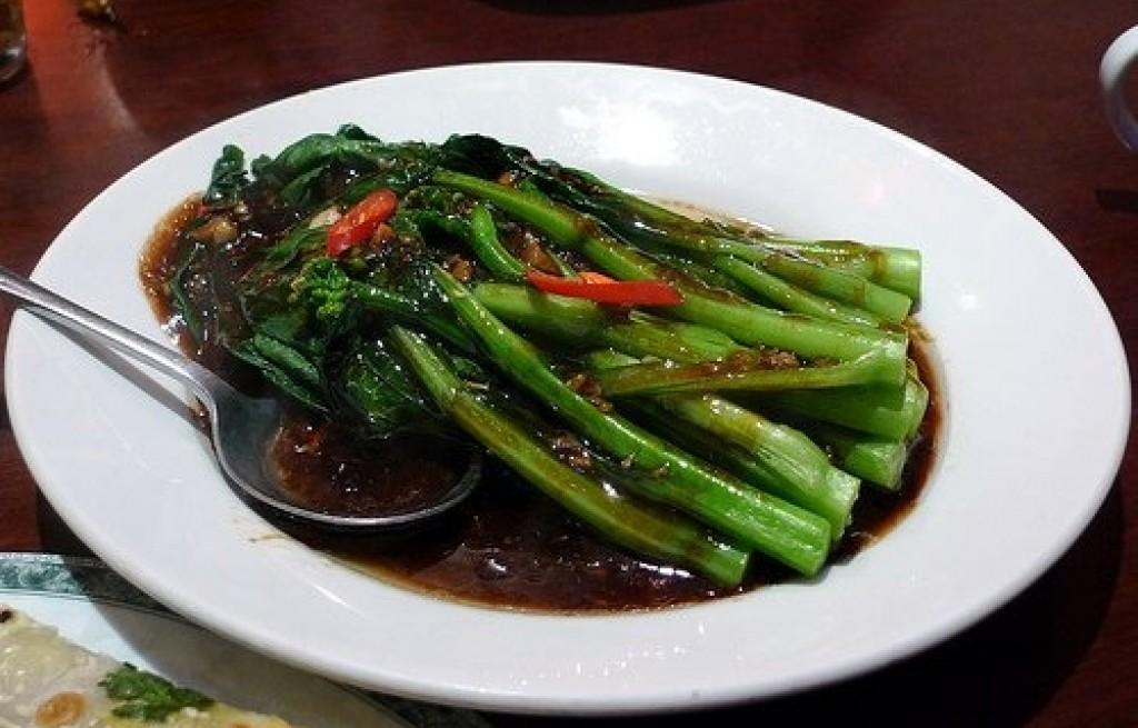 Brokuł chiński z kapustą w sosie sojowym