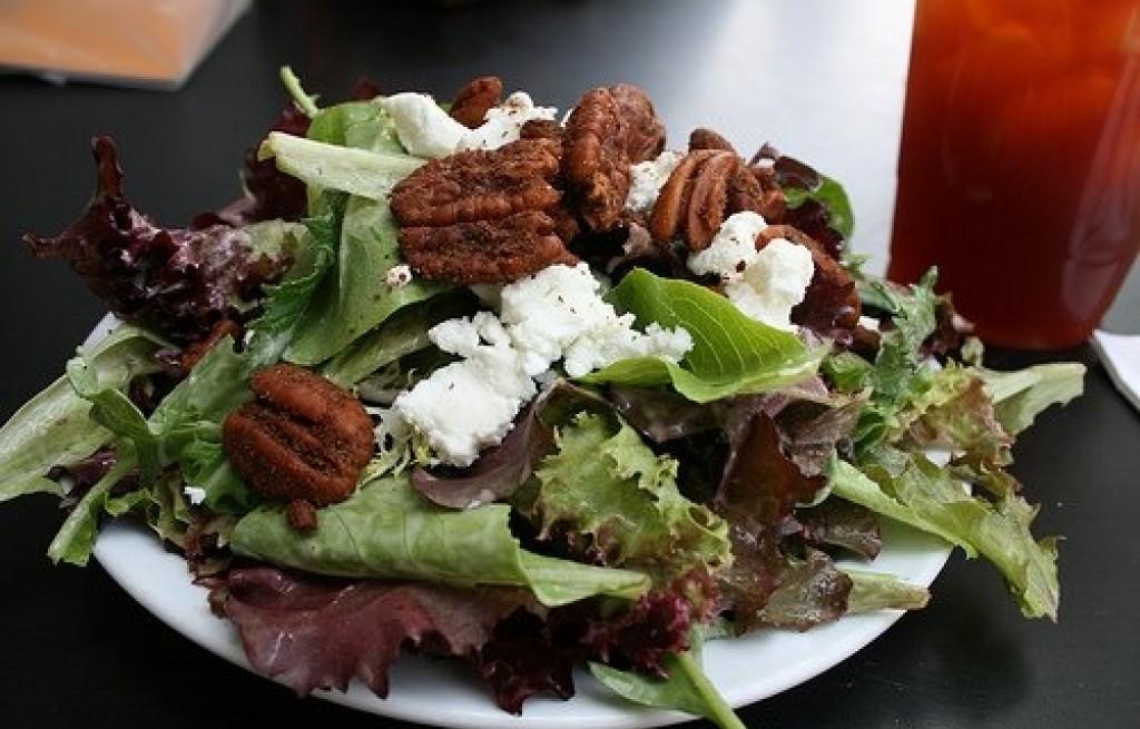 Sałata z orzechami i kozim serem
