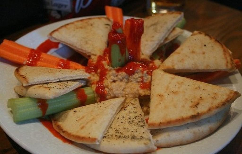 Hummus z pitą  i selerem naciowym