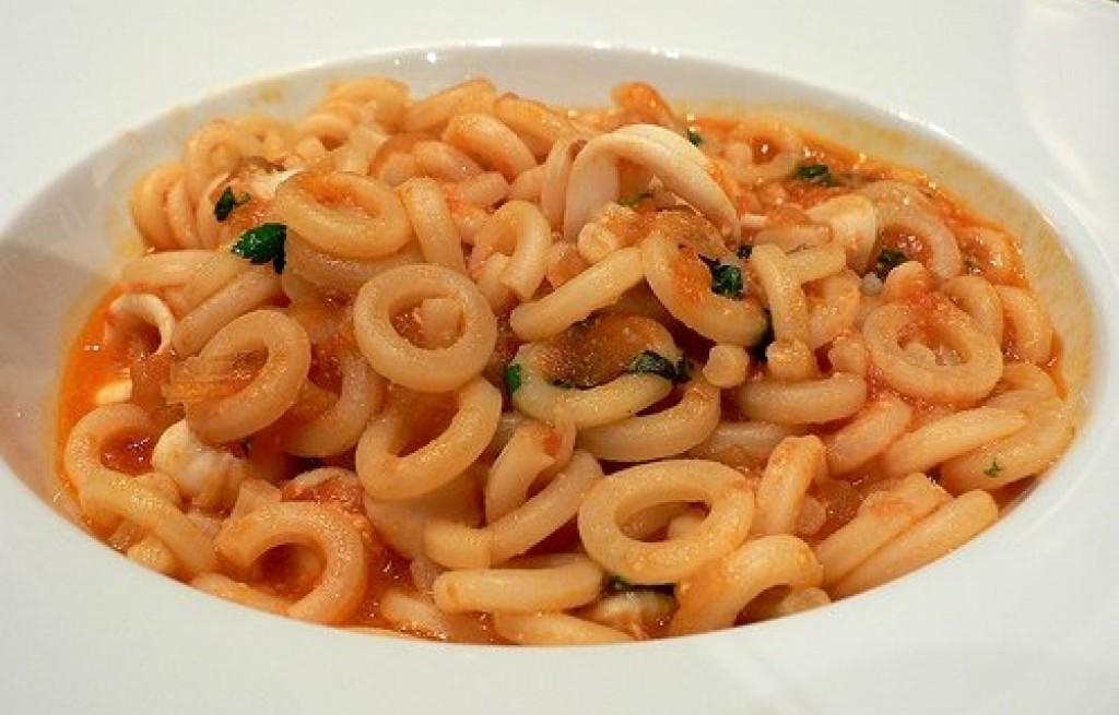 Rigatoni w sosie pomidorowym i kalmarami
