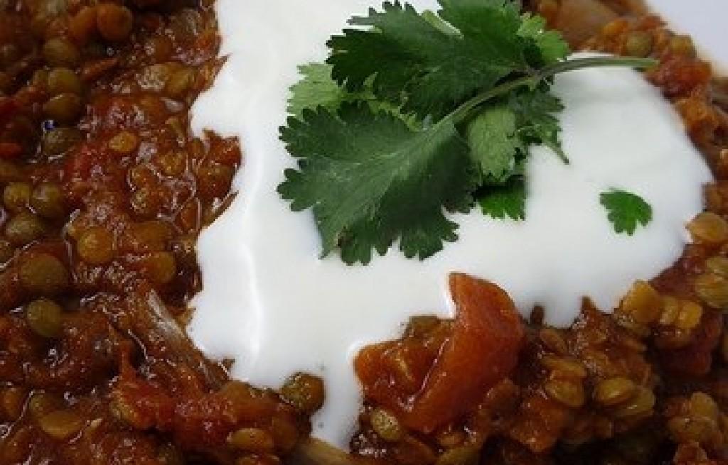 Soczewica z sosem pomidorowym i śmietaną