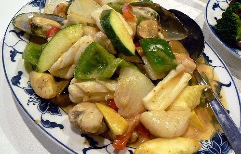 Owoce morza z cukinią, patisonem i pastą curry