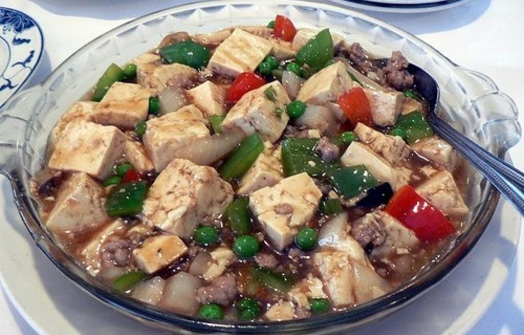 Tofu z wieprzowiną papryką i groszkiem