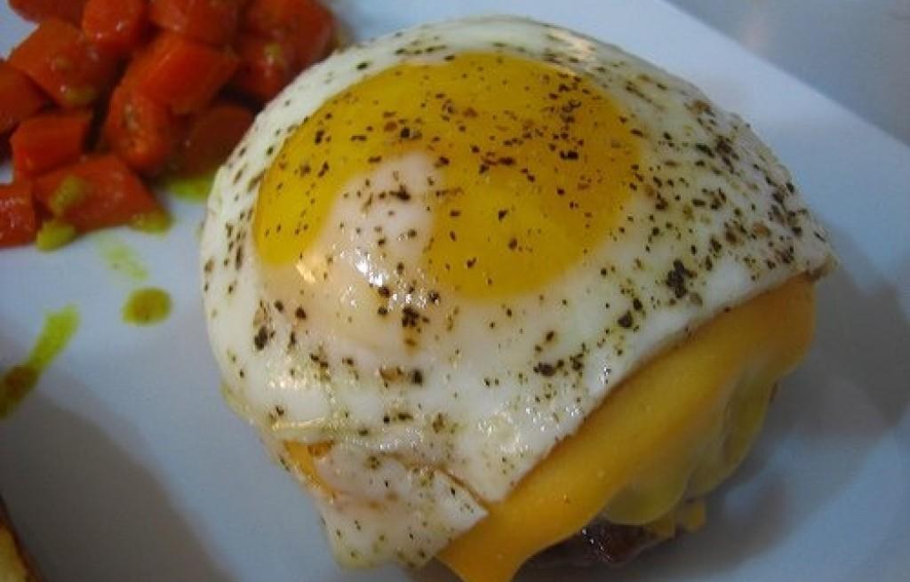 Burger z jajkiem, serem i kapustą