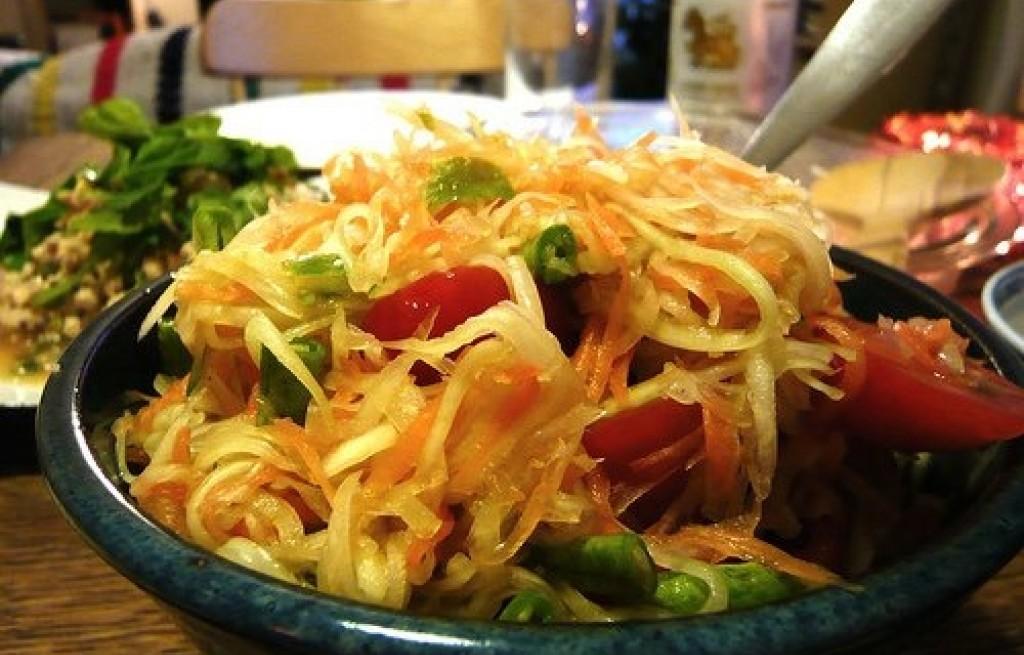 Sałatka z papai, fasolki, papryki i pomidorów