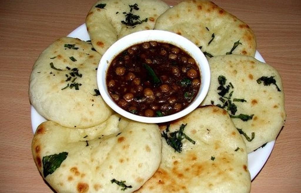 Ciecierzyca z sosem sojowym i chlebem Kulcha