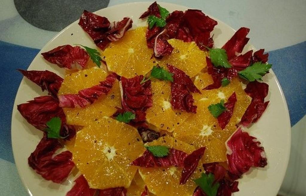 Sałatka z pomarańczy, cykorii i szprotek