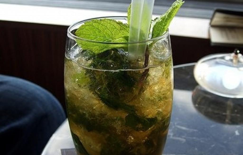 Drink z ginem, rumem i herbatą zieloną