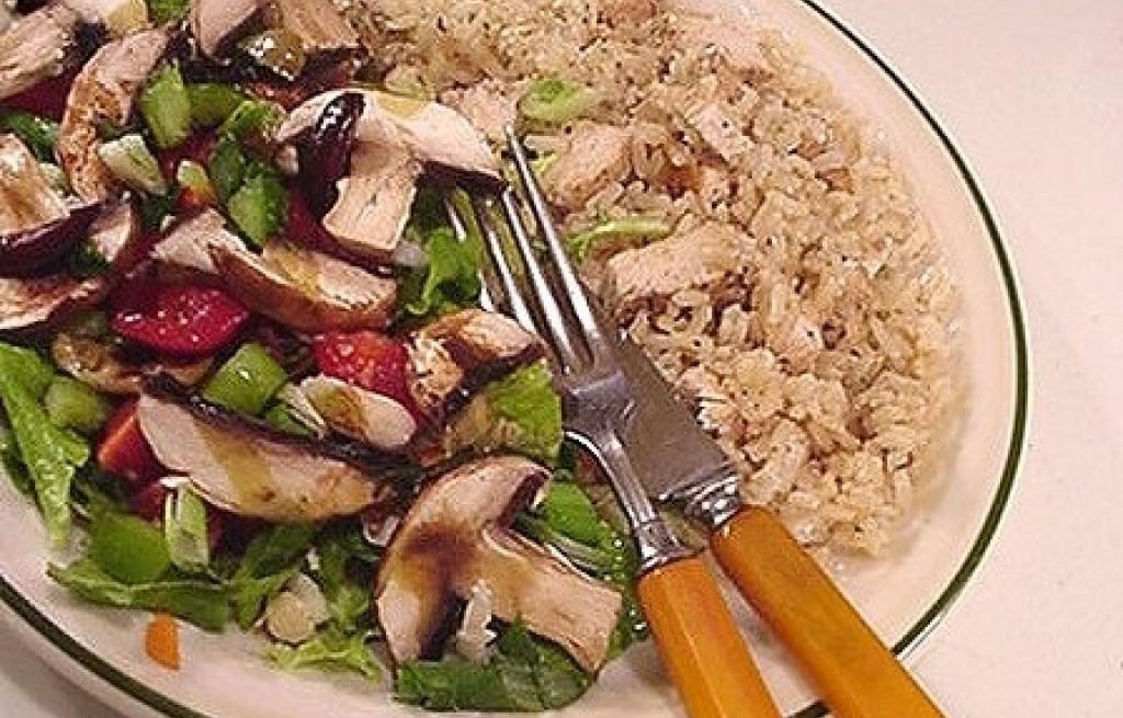 Kurczak z ryżem, pieczarkami i oliwkami