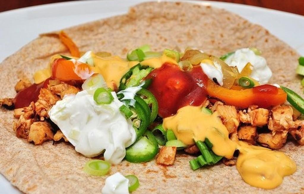 Fajita z kurczakiem i sosem serowym