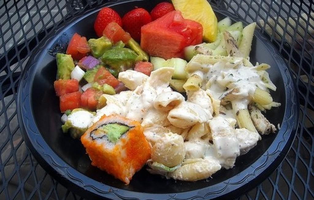 Sałatka z makaronem, sushi i owocami