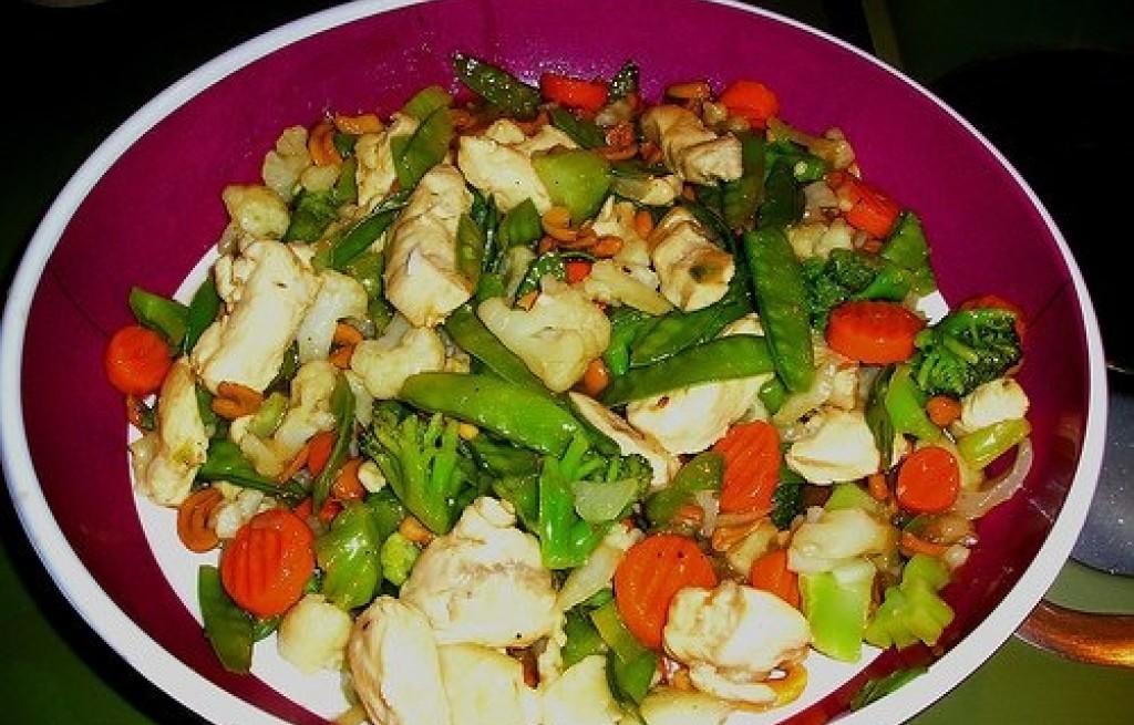 Sałatka z kurczaka, ananasa, brokuła i orzechów