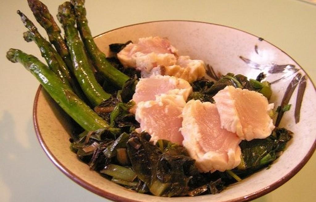 Szparagi z łososiem i warzywami