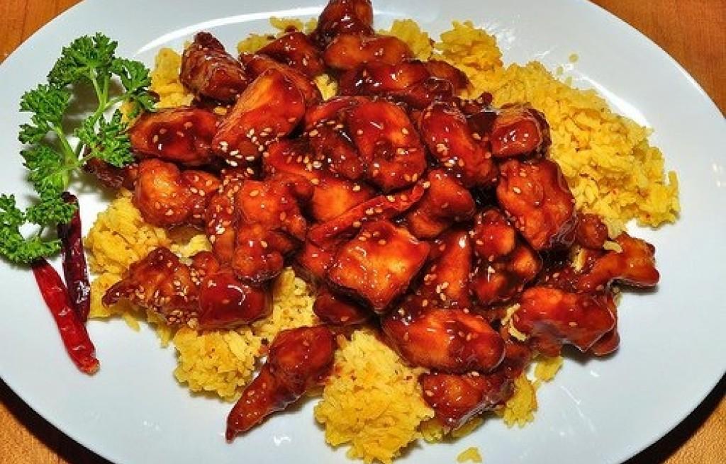 Kurczak w sosie chili i ryżem z kurkumą