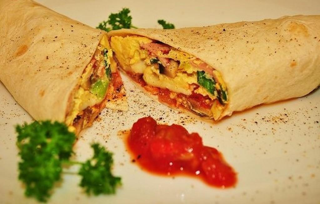 Burrito z jajkami i szynką