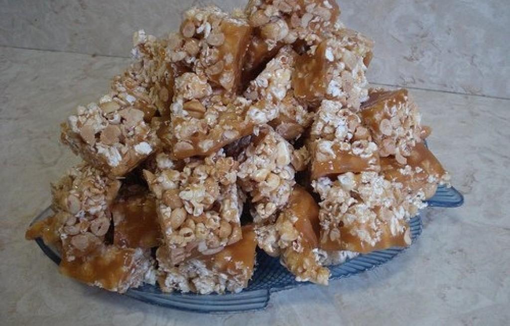Popcorn w karmelu z orzechami