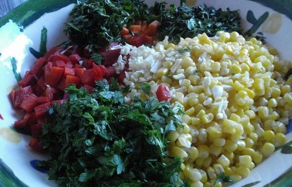 Sałatka z buraków, kukurydzy, papryki i bazylii