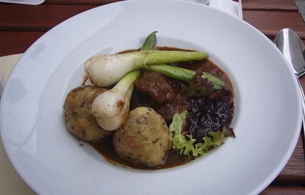Kluski ziemniaczane z mięsem, żurawiną i sosem